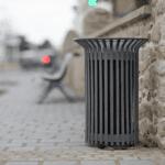 kosz na śmieci w mieście